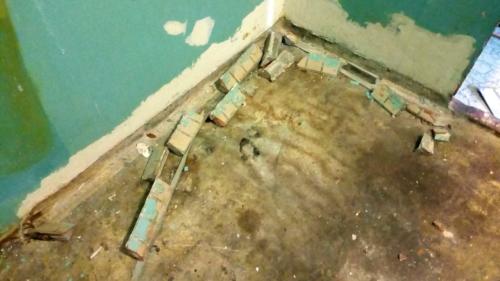 Сбитый бетонный плинтус в ванной 137 серии