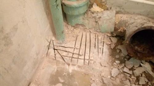 Демонтаж бетонного выступа вокруг труб в туалете 137 серии