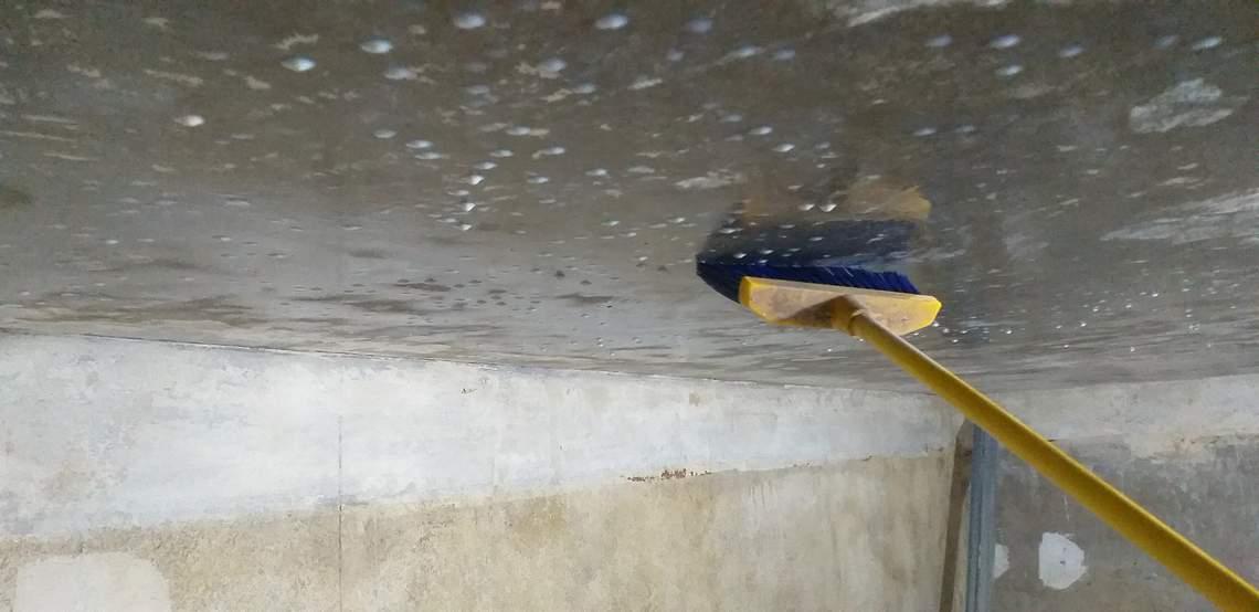 Излишики грунтовки на потолке сметают веником