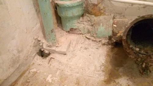 Сбитый выступ у трубы схолодной водой в туалете 137 серии
