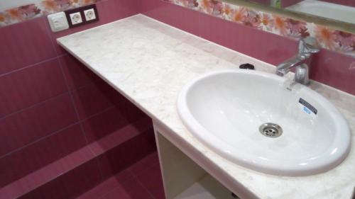 Столешница со встроенным умывальником в ванной 137 серии