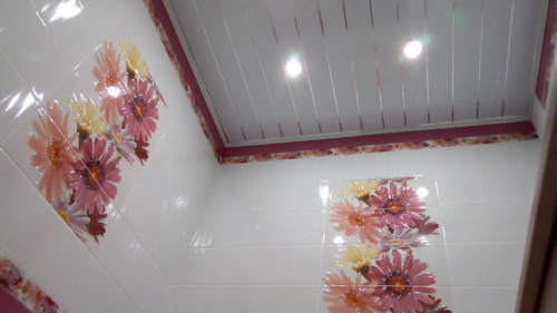 Потолок из ПВХ панелей в ванной 137 серии
