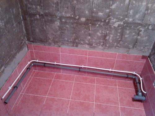 Водопроводные трубы проведенные для стиральной машины в ванной 137 серии