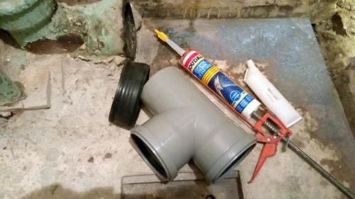 Замена чугунного канализационного тройника на пластиковый в туалете 137 серии