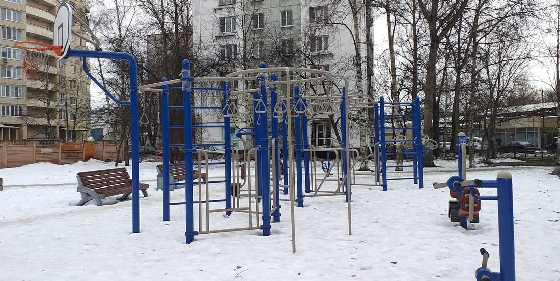Устанавливаем игровые и спортивные площадки