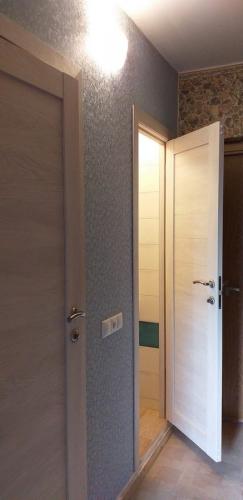 Установка дверей в туалете, ванной 137 серии