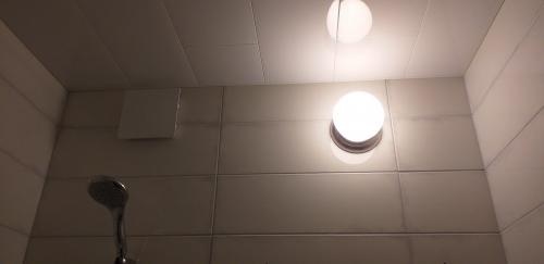 Светильник и потолок в ванной 137 серии
