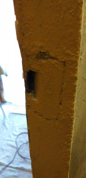 Запорная планка двери встроенная в бетонную стену еще при производстве ЖБИ