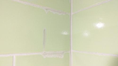 Плохо расшитые швы и не вымытая плитка от излишков затирки