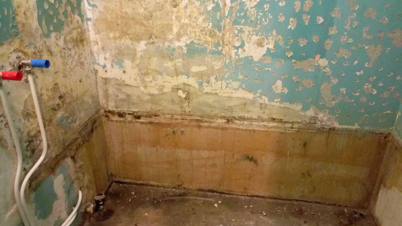 Грязные стены в ванной