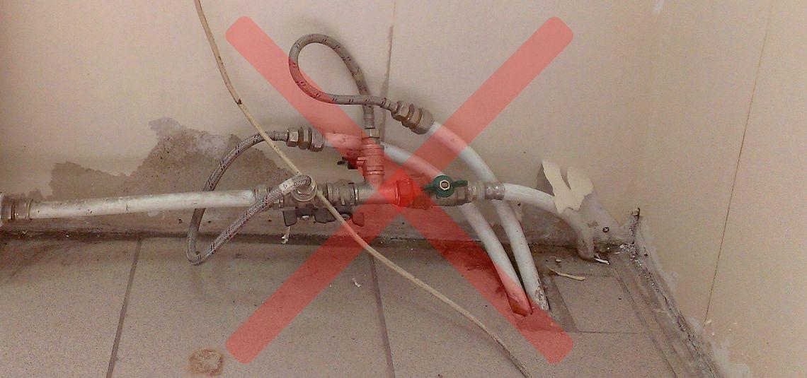 незакрепленные фитинги и краны на металлопластиковых трубах