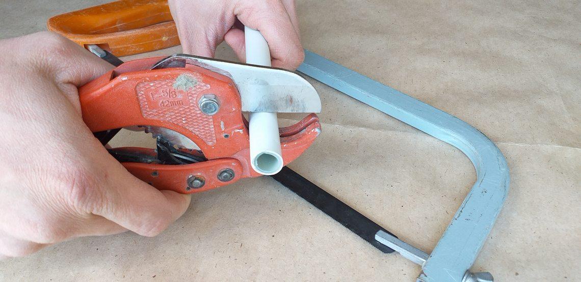 металлопластиковые трубы режут специальными ножницами или ножовкой по металлу