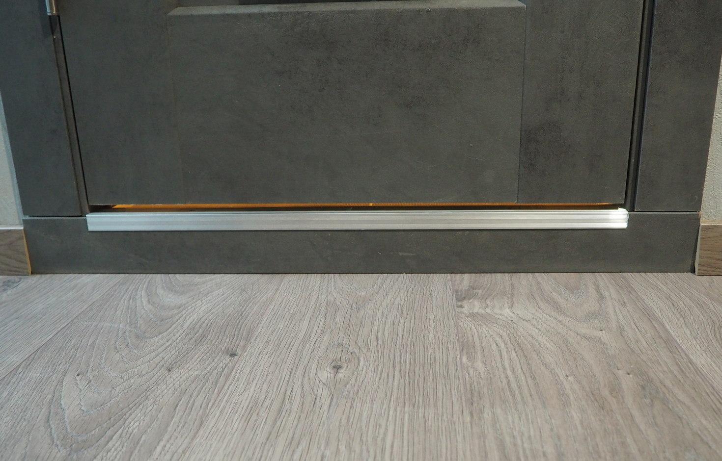 Замена части плинтуса наличником под дверью