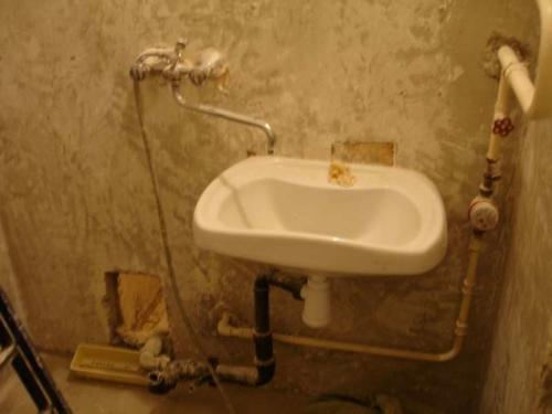 Смеситель с умывальником и трубы в ванной 137 серии