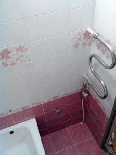 Как спрятать трубы в ванной панелями пвх