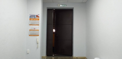 В кабинете председателя сделали короб вокруг труб и покрасили двери