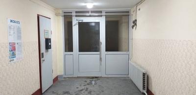 Алюминиевая дверь с армированным стеклом в подъезде дома 1-528КП-80 серии
