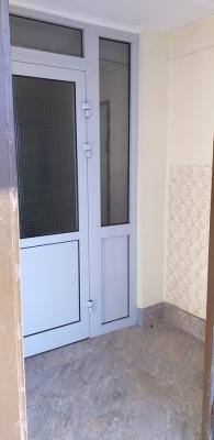 Новый кафель и дверь в подъезде дома 1-528КП-80 серии