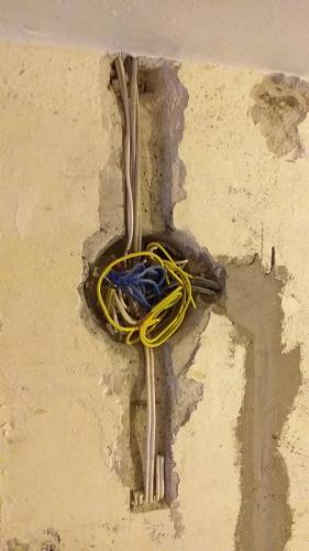 Провода санузла 137 серии у входа в квартиру
