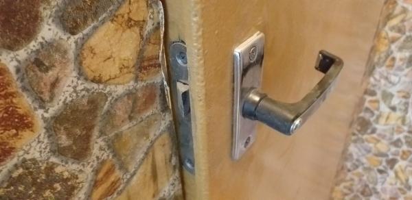 Дверной замок санузла 137 серии