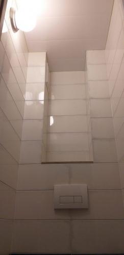 Потолок и светильник в туалете 137 серии