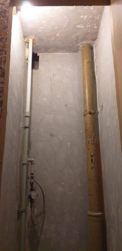 Шлифование стен до бетона в туалете 137 серии
