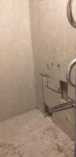 Шлифовка стен и пола до бетона в ванной 137 серии