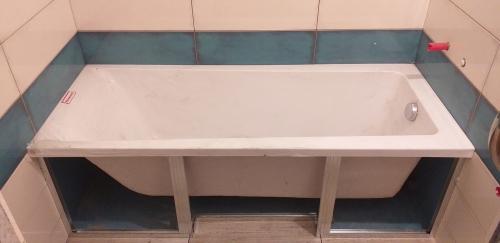 Установка акриловой и экрана из плитки в ванной 137 серии