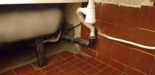 Старая канализационная труба в ванной 137 серии