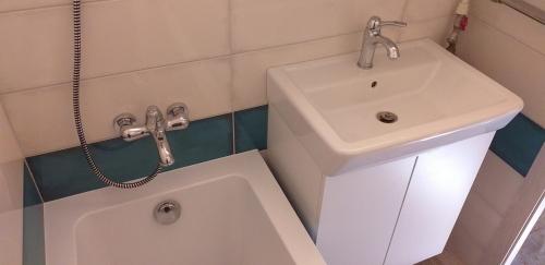 Умывальник и ванна и смеситель в ванной 137 серии