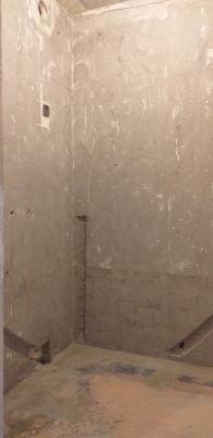 очищенные стены от краски до бетона ванной