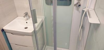 душевая кабина и умывальник в ванной
