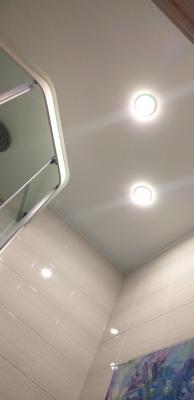 светильники в натяжном потолке ванны