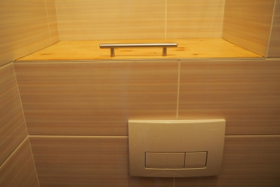 деревянная полка над инсталляцией в туалете 137 серии