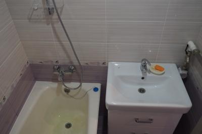 новый умывальник с тумбой и смесители в ванной 137 серии