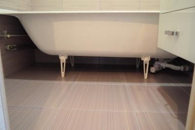 покрашенная чугунная ванна без экрана в доме 137 серии
