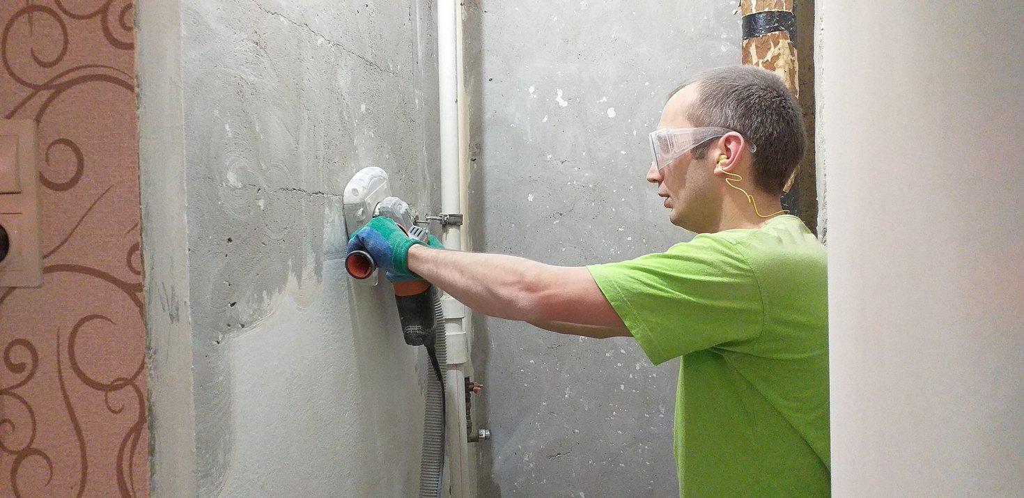 Очистка стен до бетона в ванной и туалете