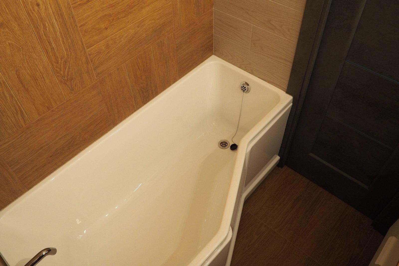 Акриловая ванна со скошенным краем в доме 137 серии