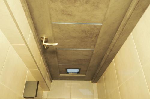 Скрыть трубу плиткой в туалете 137 серии дома