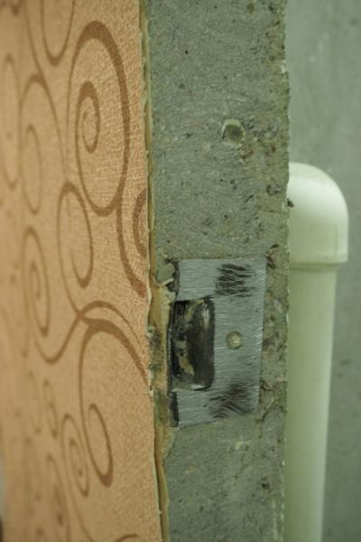 Встроенная запорная планка в стену санузла