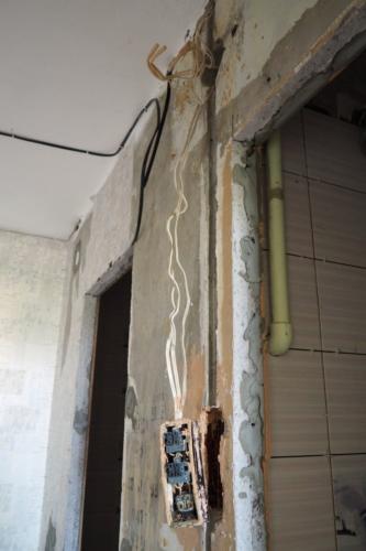 Провода и выключатели ванной, туалета 137 серии