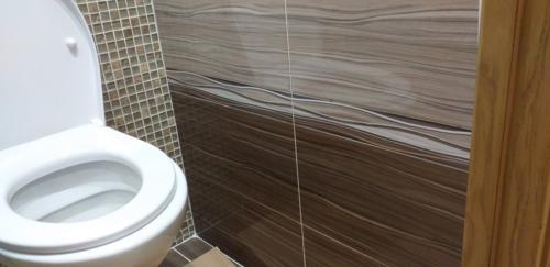 Установка гигиенического душа после ремонта в туалете